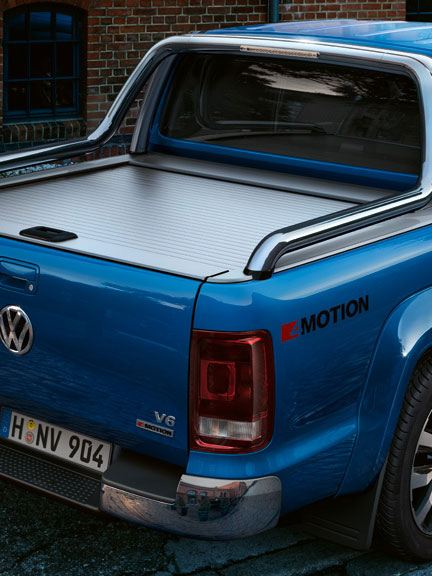 volkswagen amarok pickup con hombre joven