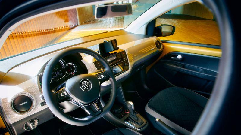 Volante y salpicadero de e-up! visto desde el interior del vehículo