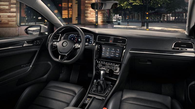 Vista interior del puesto de conducción del Volkswagen Golf