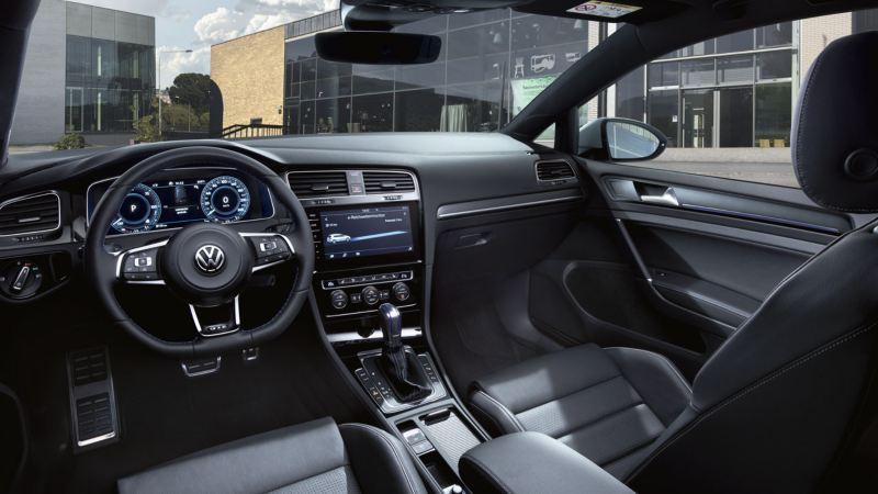 Interior de un Golf GTE desde el punto de vista del conductor