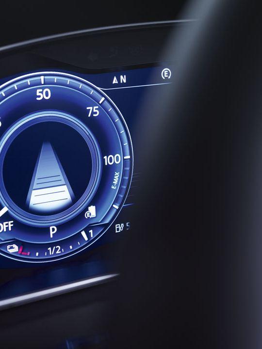 Detalle del Digital Cockpit de un Golf GTE visto a través del volante