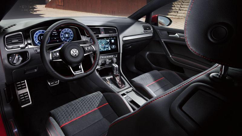 Interior de un Golf GTI desde el punto de vista del conductor