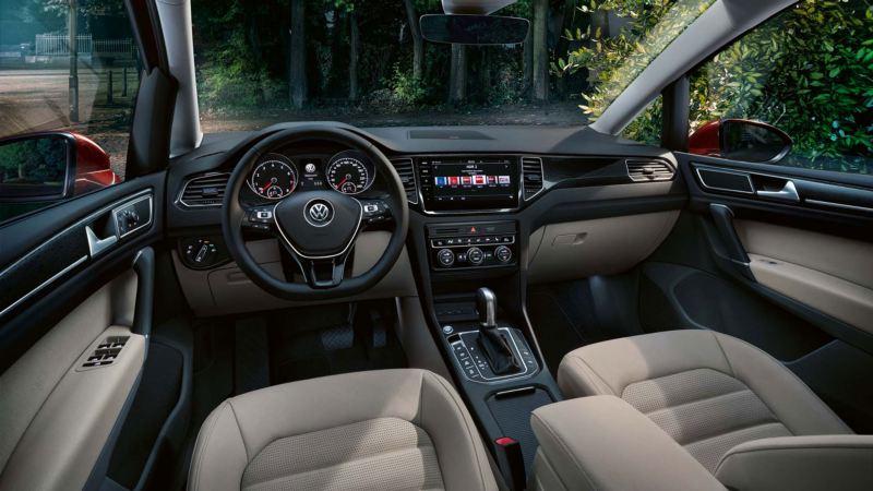 Interior de un Golf Sportsvan con tapicería blanca visto desde el punto de vista del conductor