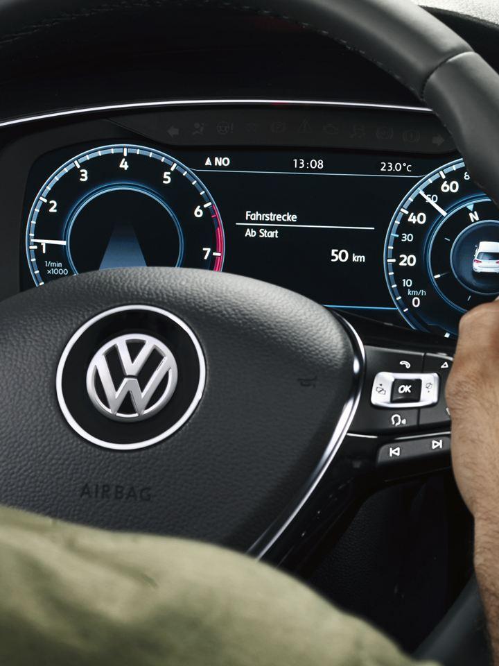 Manos de hombre sujetando el volante de un Golf Variant mientras conduce