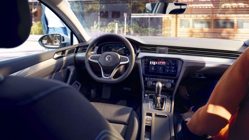 Vista interior del puesto de conducción del Volkswagen Passat GTE