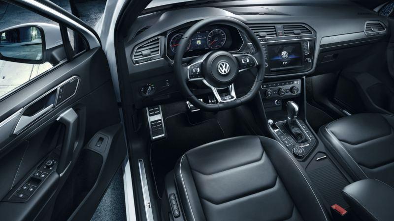 Vista del puesto de conducción del Volkswagen Tiguan, volante multifunción y salpicadero