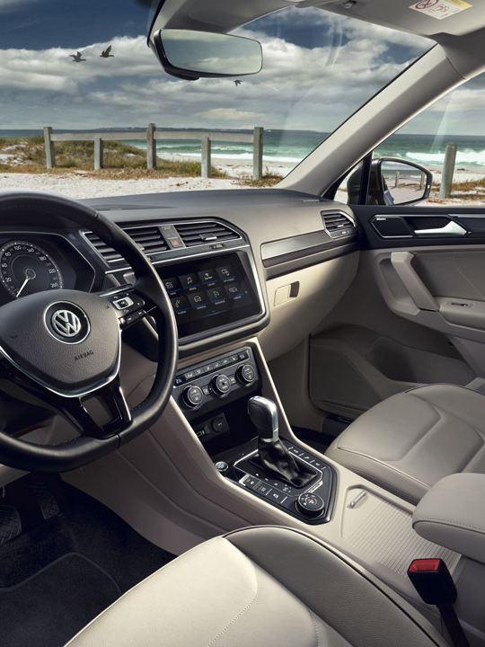 Puesto de conducción de un Volkswagen Tiguan Allspace aparcado en la playa