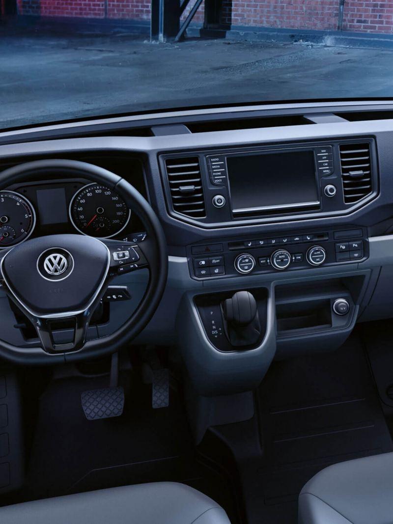 Een kijkje in de cabine van het Volkswagen Crafter voor bedrijfsvoertuigen.