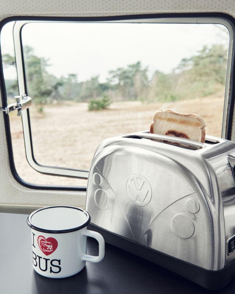 Ein Toaster und eine Tasse auf einem Tisch in einem Campingbus.