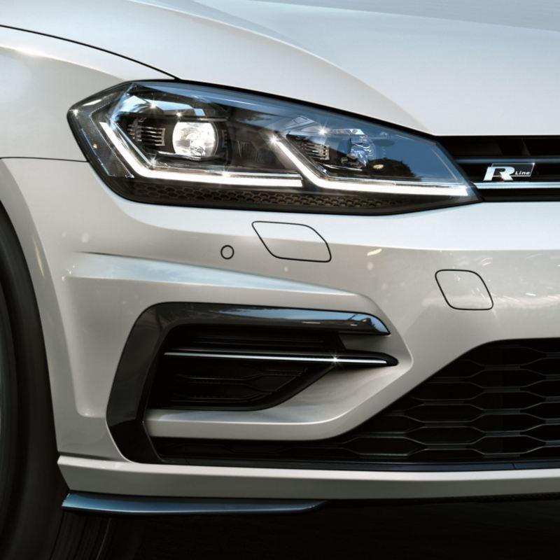 Primer plano de faros de Volkswagen Golf