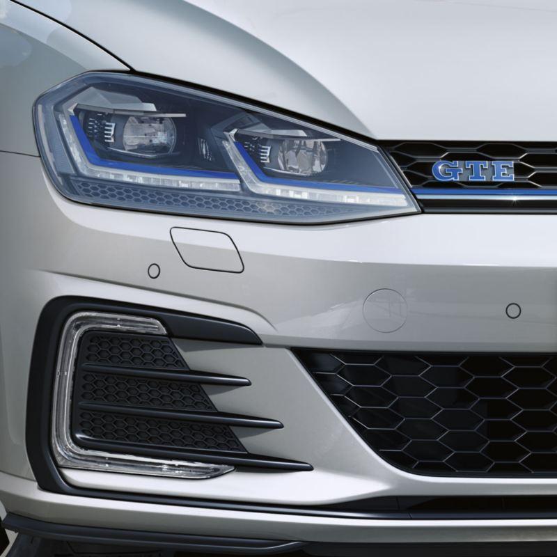 Faros LED y emblema azul de un Golf GTE blanco