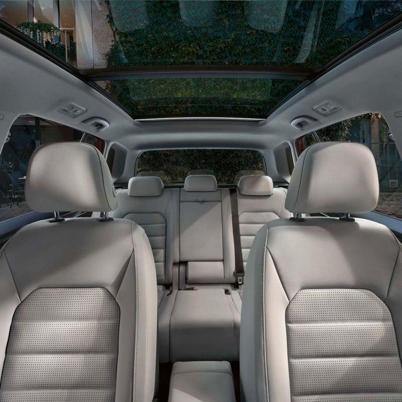 Vista fronal de los asientos tapizados de color blanco de un Golf Sportsvan