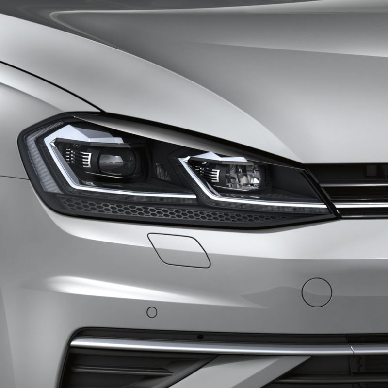 Detalle del faro LED de un Golf Variant plateado