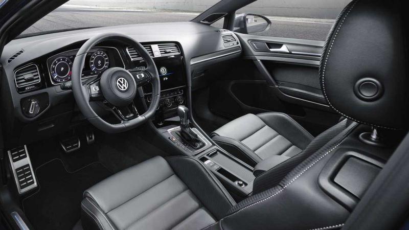 Interior y asientos frontales del Golf R visto desde el punto de vista del conductor