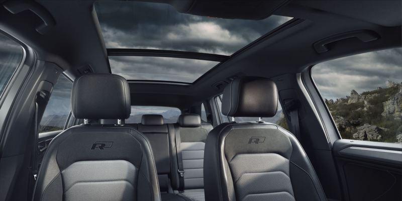 Vista interior de los asientos y el techo solar panorámico del Volkswagen Tiguan Allspace