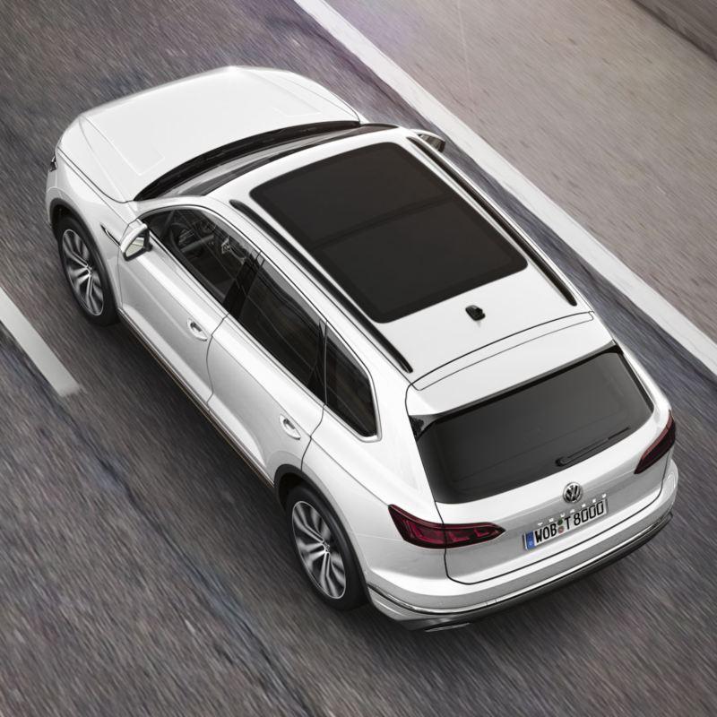 Vista superior del techo solar panorámico del Volkswagen Touareg