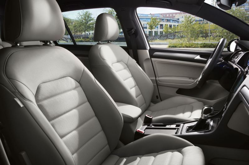 Asientos blancos tapizados de un Golf GTE vistos desde de ventanilla del acompañante