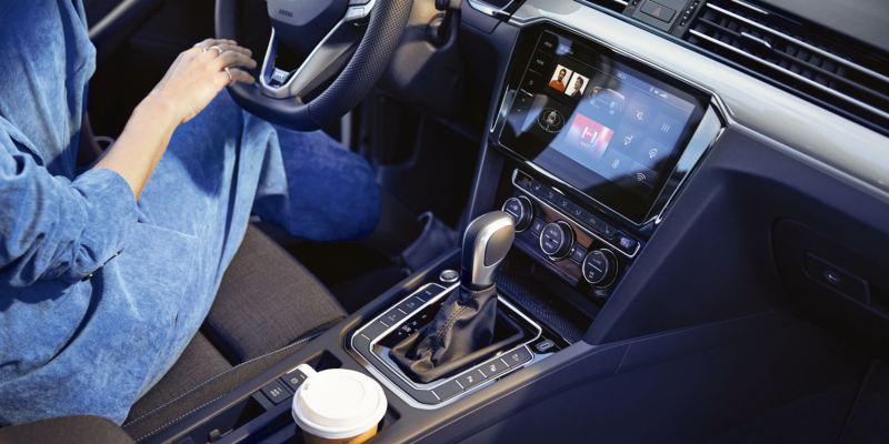 Mujer al volante de un Volkswagen Passat GTE, vista de la pantalla interactiva