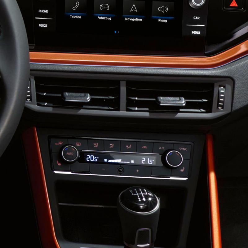 Climatizador visto desde cerca de un Volkswagen Polo naranja