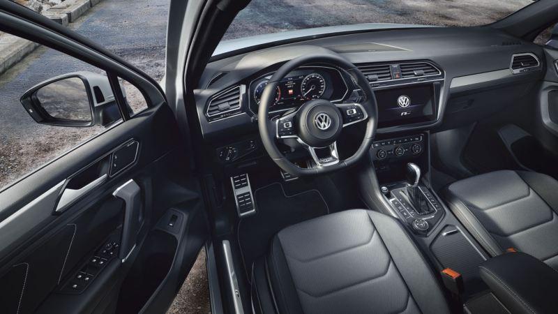 Puesto de conducción del Volkswagen Tiguan Allspace con la puesta abierta