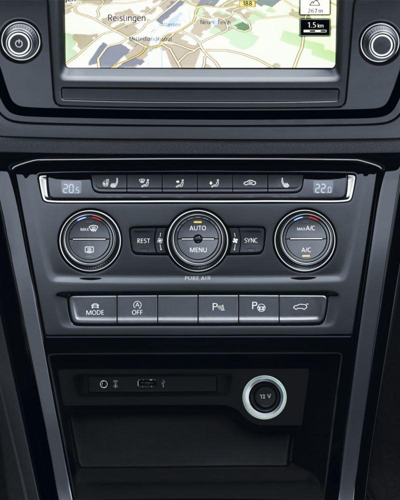 Vista frontal del panel de control del climatizador de un Touran
