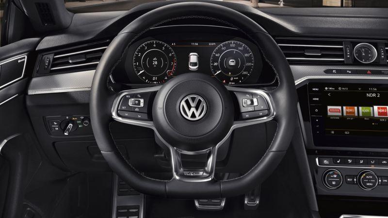 Primer plano del volante multifunción del Volkswagen Arteon