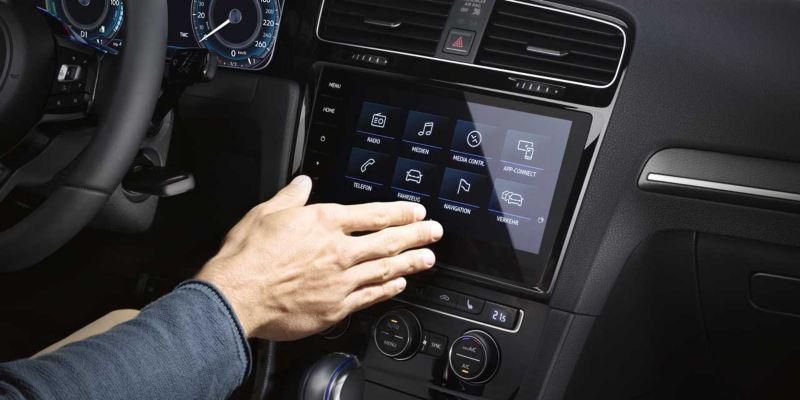 Mano utilizando el control gestual del dispositivo We Connect de un Golf GTE