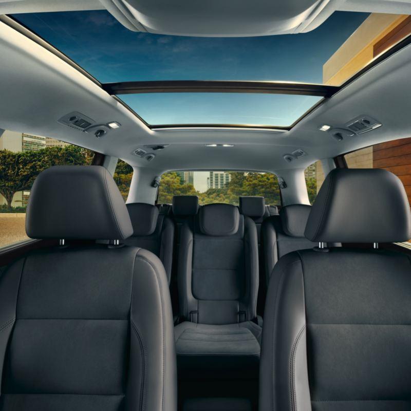 Vista interior de los asientos y el techo solar panorámico del Volkswagen Sharan
