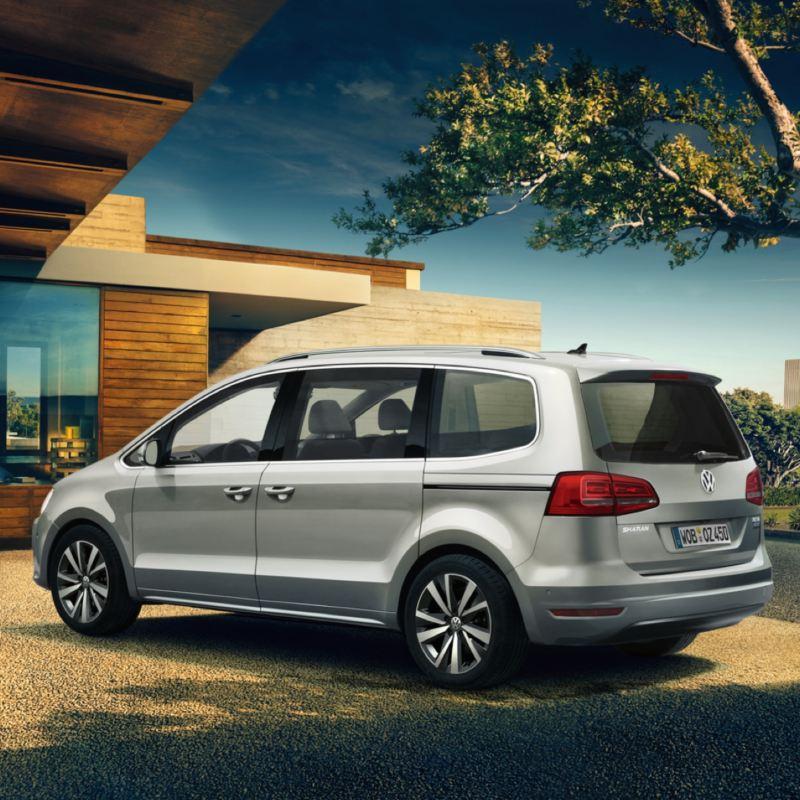 Volkswagen Sharan color plata aparcado, ofertas