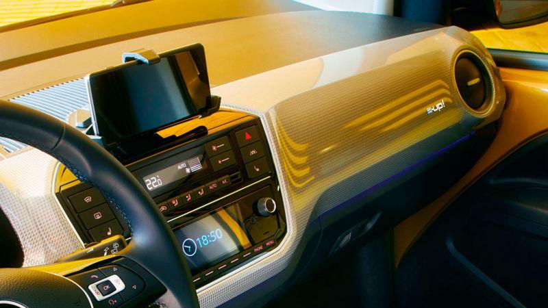 Móvil y pantalla del e-up! we connect visto desde la visión del conductor