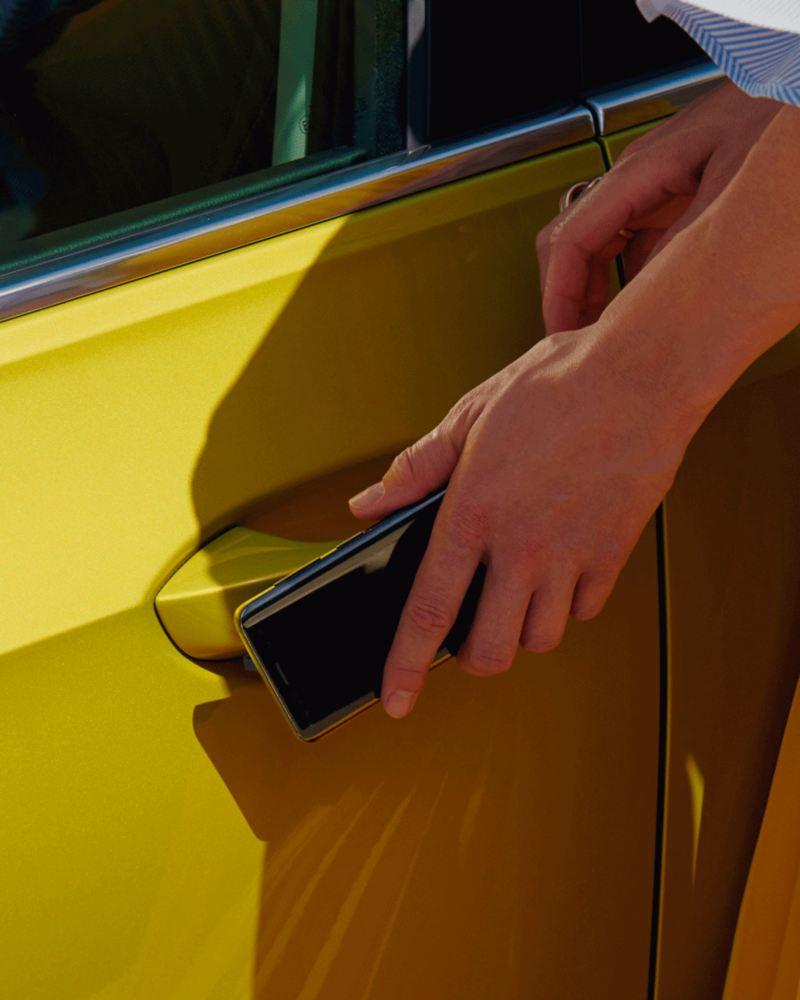 Detalle de la apertura del Golf 8 con el móvil
