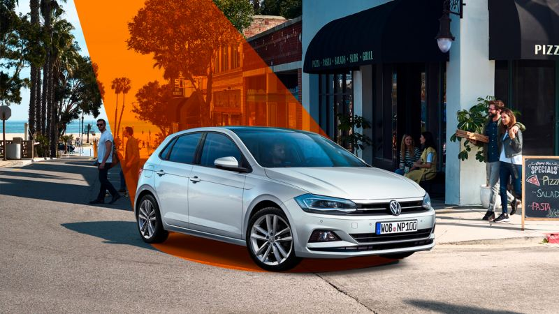 Volkswagen Golf plateado en la calle mientras es enfocado por un foco naranja