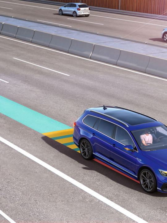 Gráfico del asistente para viajes de un Volkswagen Passat Variant circulando por una autopista