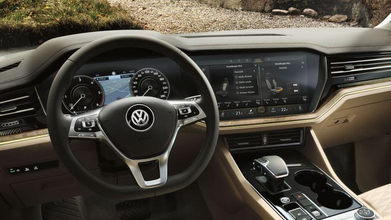 Vista del volante multifunción y del Innovision Cockpit del Volkswagen Touareg