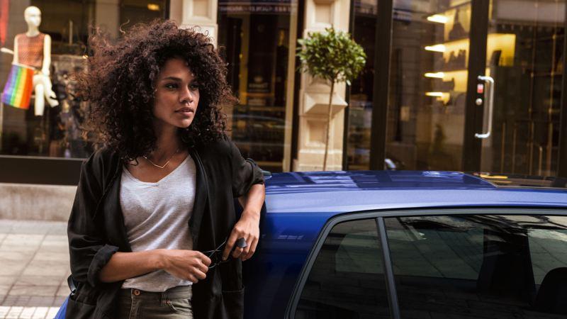 long drive chica joven con volkswagen en la ciudad