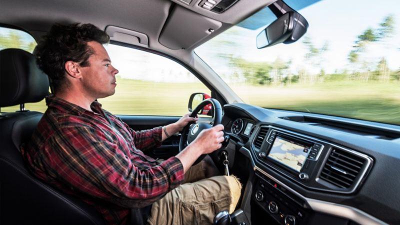 Bakom ratten är det lätt att trivas. Åttaväxlad automatlåda är standard på Amarok V6 med 258 hästar.
