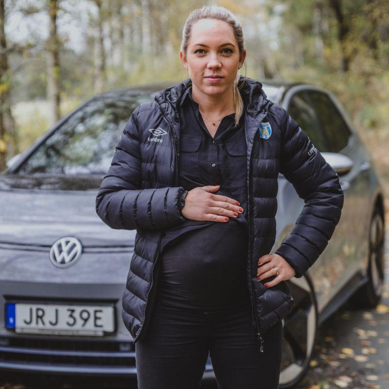 Elin Rubensson framför Volkswagen ID.3