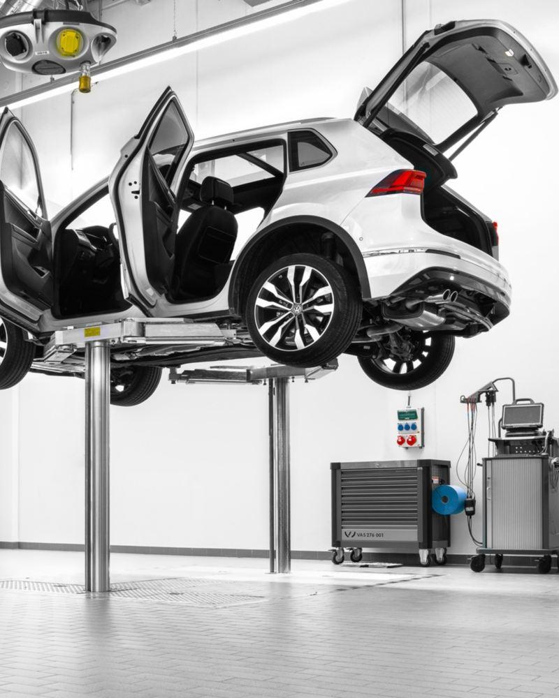 Volkswagen lyfts upp i serviceverkstad