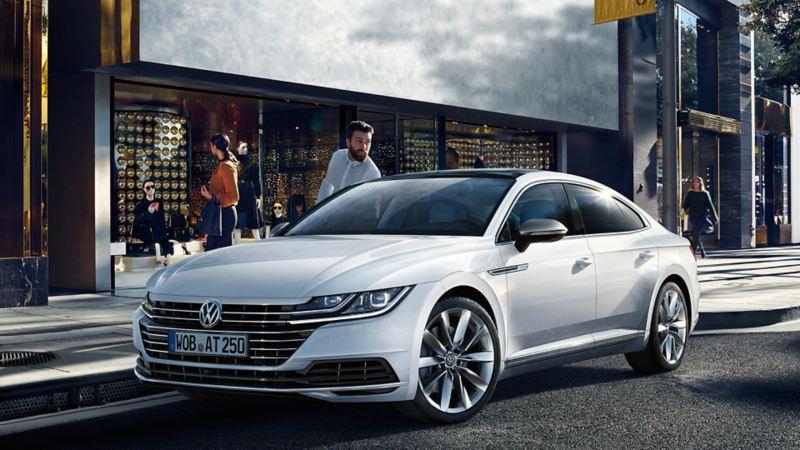 Fahrzeug vor Stadtumgebung. Mann steigt ein. Volkswagen Leasing