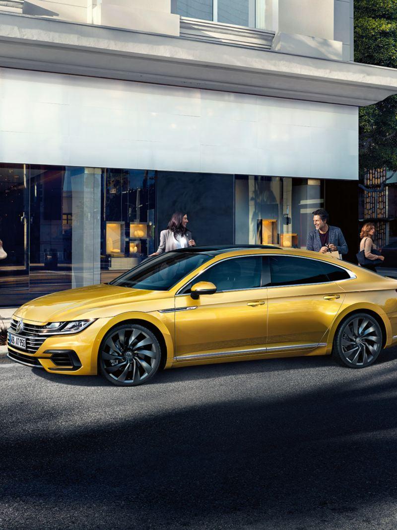 Volkswagen Arteon  παρκάρει μπροστά από ένα κατάστημα.
