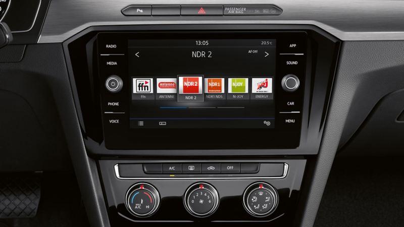 Innenansicht eines VW Arteons mit Fokus auf den Boardcomputer und den digitalen Radioempfang