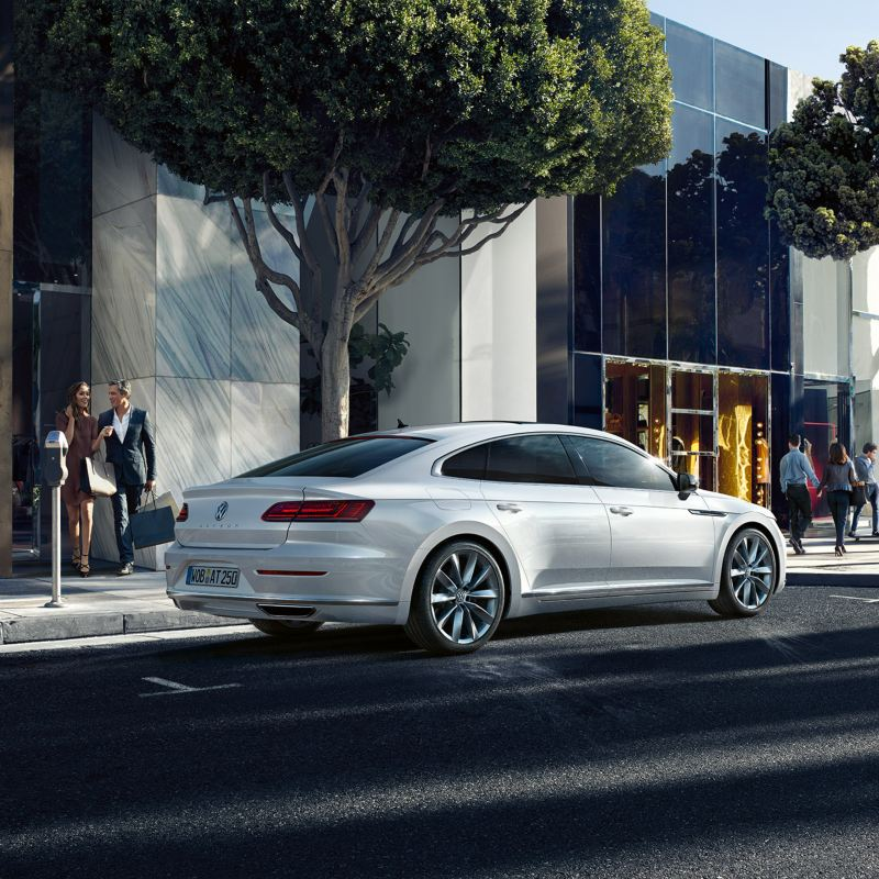 Vettura Volkswagen Arteon laterale parcheggiata davanti un edificio bianco in città