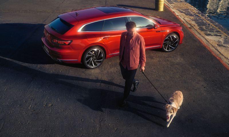 Homme promenant un chien devant l'Arteon Shooting Brake