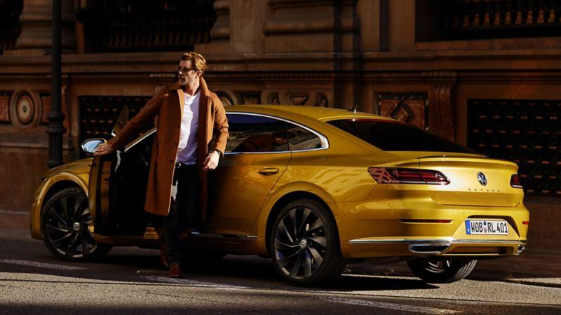 uomo scende da arteon auto gialla