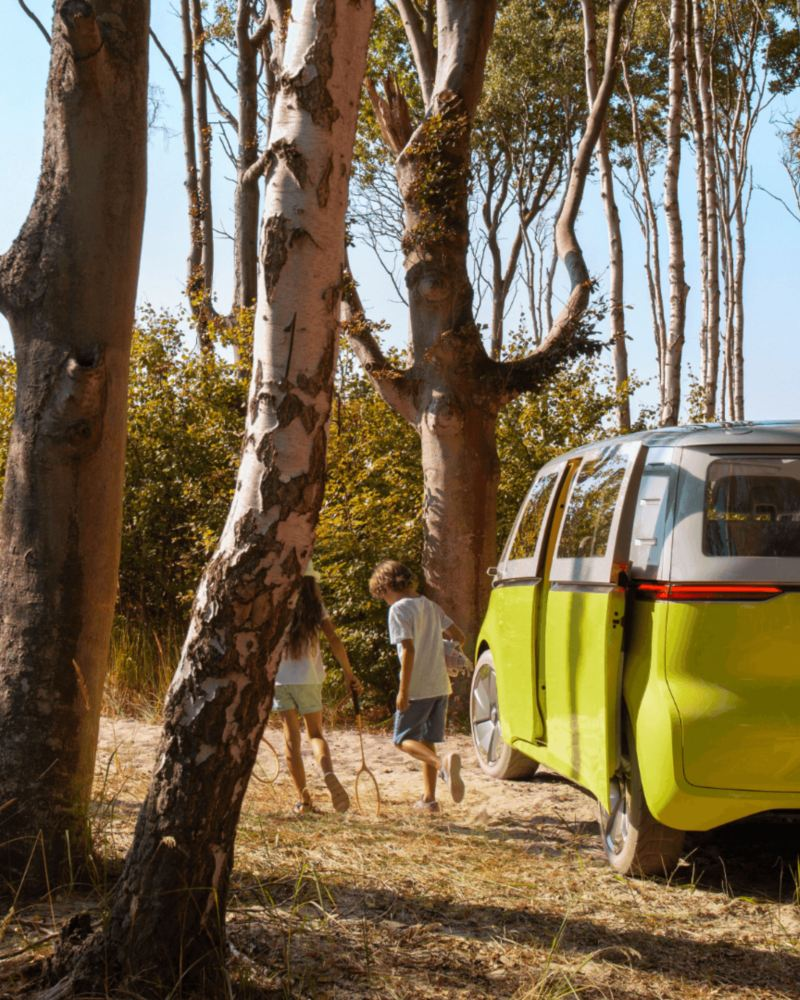 """Children exiting a VW electric vehicle, link out to VW """"E-mobility"""" page"""