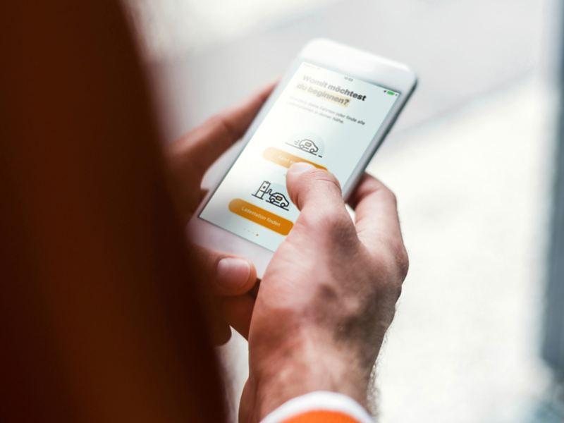 Man sucht per App nach Ladestation für Elektroautos.