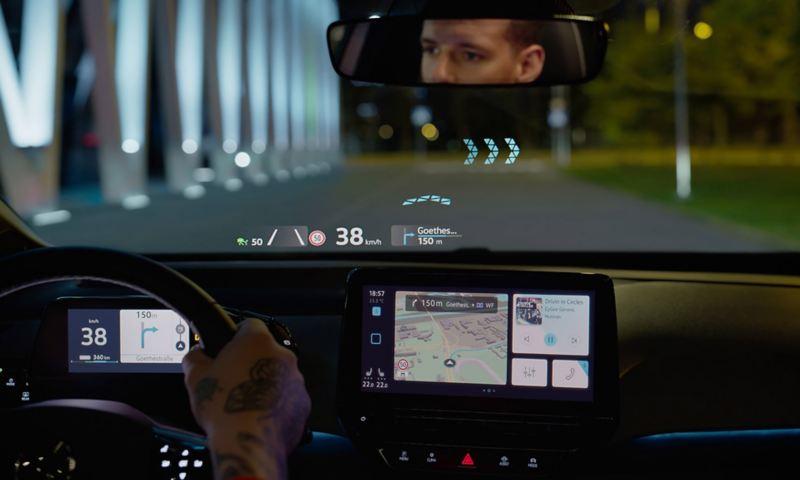Vista através do pára-brisas do VW ID.3 com Head-up Display com Realidade Aumentada.