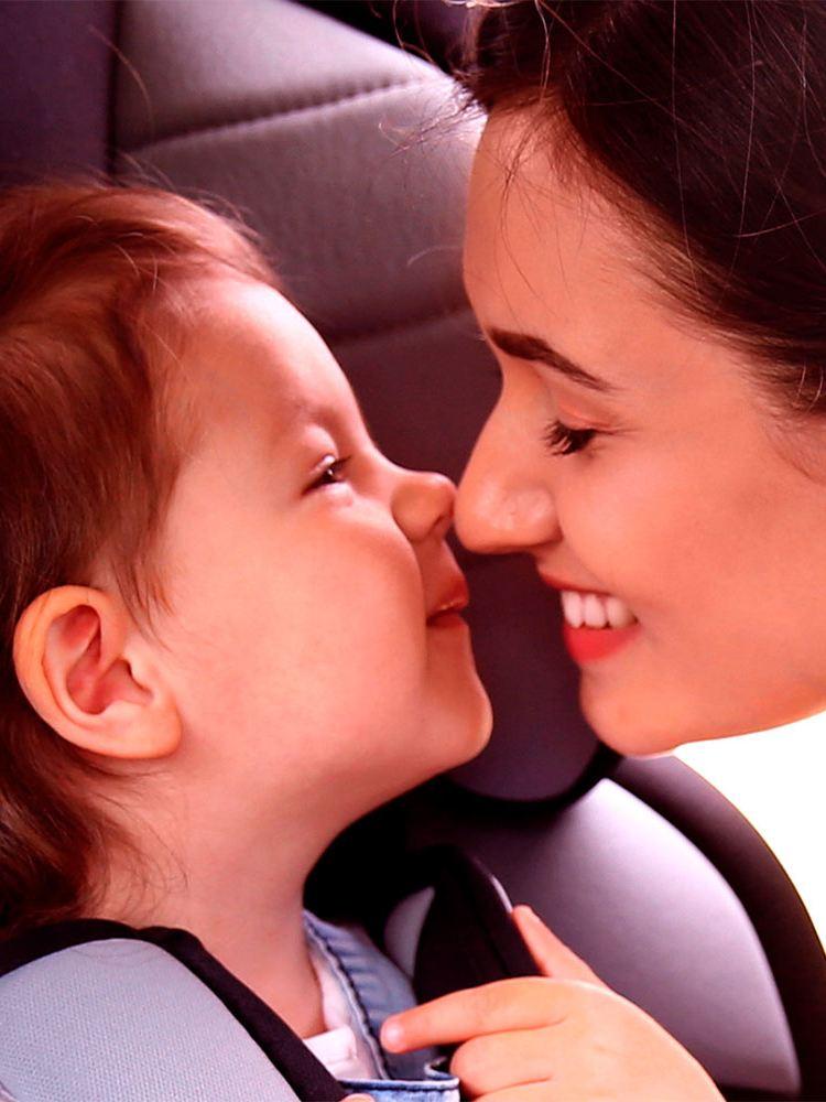 Madre e hija en automóvil asegurado con el mejor seguro de autos de Volkswagen