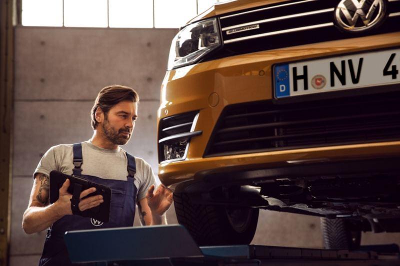 Service Entretien Long life d'un véhicule utilitaire effectué par un technicien