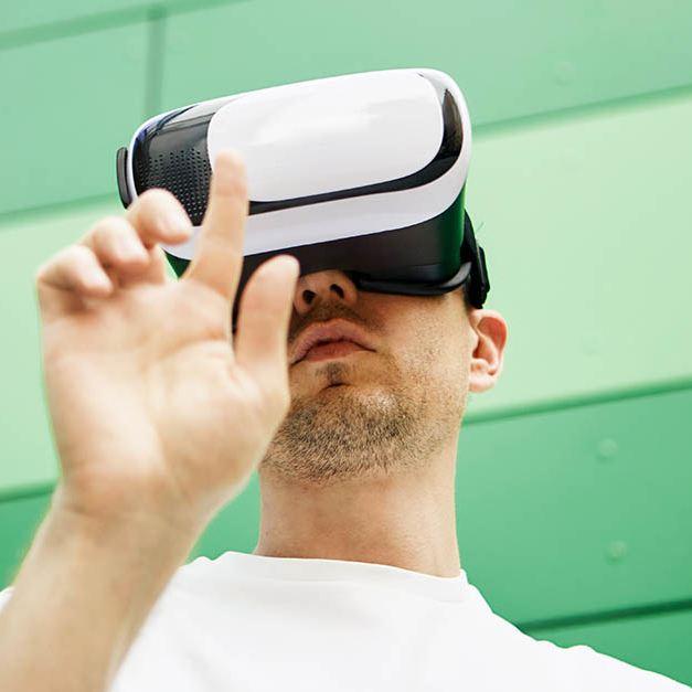 Ragazzo indossa un visore per la realtà virtuale